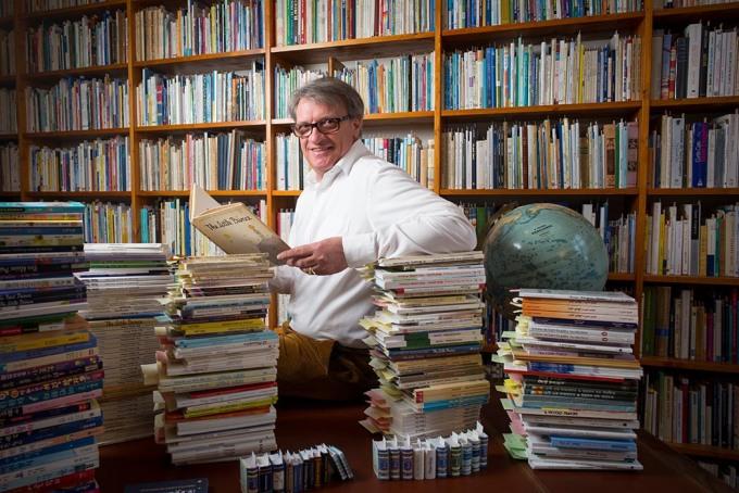 Jean-Marc Probst, avec sa collection personnelle de livres de la